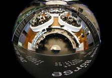 Помещение фондовой биржи во Франкфурте-на-Майне. 26 января 2015 года. Европейские фондовые рынки снижаются накануне переговоров министров финансов еврозоны с правительством Греции. REUTERS/Kai Pfaffenbach