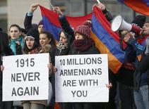 Армяне протестуют у здания ЕСПЧ в Страсбурге 28 января 2015 года. Президент Армении Серж Саргсян сказал в понедельник, что отзывает из парламента поворотное мирное соглашение с Турцией. Это бьет по усилиям Запада похоронить столетний антагонизм между странами-соседями. REUTERS/Vincent Kessler