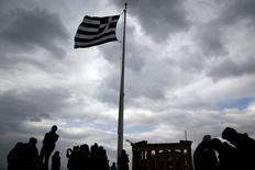 """La Grèce a rejeté lundi lors d'une réunion des ministres des Finances de la zone euro à Bruxelles un projet de texte qui insistait sur la nécessité de prolonger le plan d'aide actuel. Le projet de texte, consulté par Reuters, évoquait une """"prolongation technique"""" de six mois du plan d'aide qui expire à la fin du mois et mentionnait la volonté de la Grèce de mener ce plan à son terme. /Photo d'archives/REUTERS/ Alkis Konstantinidis"""
