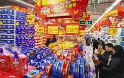Consumidores escolhem produtos num supermercado em Lianyungang, na província de Jiangsu. 09/02/2015 REUTERS/Stringer
