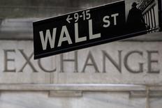 Una señalética de Wall Street fotografiada en las afueras de la bolsa de Nueva York. Imagen de archivo, 27 enero, 2015. El índice S&P 500 cerró el martes por encima de 2.100 puntos y estableció un nuevo récord en la bolsa de Nueva York, en medio de un creciente optimismo en que Grecia alcance un acuerdo con sus acreedores y ante una caída de los precios de los bonos del Tesoro estadounidense. REUTERS/Carlo Allegri