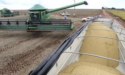 Caminhão se alinha para ser carregado com grãos de soja em Primavera do Leste. 29/01/2013 REUTERS/Paulo Whitaker