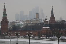 Вид на Кремль в Москве 27 января 2015 года. Январская статистика, вышедшая с некоторой задержкой, продемонстрировала, что экономика России продолжила движение по рецессионной территории, говорят аналитики, поддерживая ВВП-ориентированную политику Центробанка. REUTERS/Maxim Zmeyev