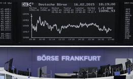 Las acciones europeas abrieron el jueves a la baja tras tocar la víspera su nivel más alto en siete años, afectado por el descenso de los precios del crudo y una serie mixta de resultados empresariales, incluyendo las cifras del grupo energético Centrica y de Air France-KLM . En la imagen, un trader en la Bolsa de Fráncfort, el 16 de febrero de 2015. REUTERS/Remote/Pawel Kopczynski