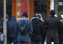 Очередь в пункт обмена валюты в Москве. 29 декабря 2014 года. Совокупный спрос населения России на иностранную валюту в кризисном декабре 2014 года по сравнению с ноябрем увеличился более чем в 2 раза до $20,8 миллиарда, говорится в обзоре Центробанка. REUTERS/Sergei Karpukhin