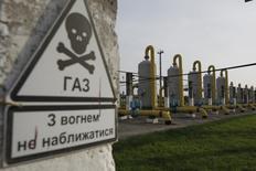 Предупреждающий знак на территории газового хранилища в Львовской области. 30 сентября 2014 года. Газпром начал поставлять газ Украине через насосные станции, расположенные в районе контролируемых повстанцами восточных регионов, следует из сообщения компании в четверг. REUTERS/Valentyn Ogirenko