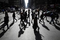 Personas cruzan una avenida cercana a Times Square en Nueva York. Imagen de archivo, 18 octubre, 2014.  El número de estadounidenses que pidieron por primera vez el seguro federal de desempleo bajó más de lo previsto la semana pasada, ofreciendo nueva evidencia de que el mercado laboral gana impulso. REUTERS/Lucas Jackson