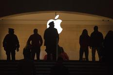 A police officer is silhouetted against the Apple logo in Grand Central Terminal in the Manhattan borough of New York January 13, 2015.      REUTERS/Carlo Allegri