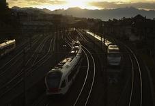 Поезда регионального сообщения на вокзале в Лозанне. 20 октября 2012 года. Два пассажирских поезда столкнулись в Швейцарии, нарушив железнодорожное сообщение близ Цюриха, сообщила полиция и компания-оператор SBB. REUTERS/Denis Balibouse