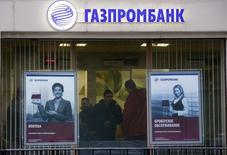 Отделение Газпромбанка в Москве. 23 января 2015 года. Сроки получения второго транша на 150 миллиардов рублей из Фонда национального благосостояния госбанком ВТБ и около 100 миллиардов рублей Газпромбанком могут сдвинуться на второй квартал 2015 года, сообщил Минфин. REUTERS/Maxim Zmeyev