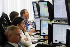Брокеры в трейдинговой комнате Тройки Диалог в Москве. 26 сентября 2011 года. Российские фондовые индексы разнонаправленно колеблются в конце коррекционной недели, а в рост обратились наиболее ликвидные электроэнергетические акции, догоняющие рынок. REUTERS/Denis Sinyakov