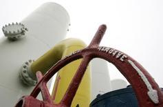 Вентиль на газокомпрессорной станции под Киевом. 1 декабря 2008 года. Евросоюз подумает о пересмотре отношений с Россией в энергетической сфере на основе рыночных условий, когда настанет подходящее время, а главная задача сейчас - формирование стратегического партнерства в газовой отрасли с Украиной, говорится в проекте документа, с которым ознакомился Рейтер. REUTERS/Konstantin Chernichkin