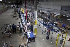 Personas trabajan en una línea de ensamblaje de bicicletas en una planta en Manning, Carolina del Sur. Imagen de archivo, 19 noviembre, 2014. El sector manufacturero de Estados Unidos se expandió en febrero al ritmo más veloz desde noviembre, tras anotar su menor lectura en un año en el mes anterior, mostró el viernes un reporte industrial.  REUTERS/Randall Hill