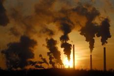 Трубы завода в Ачинске. 5 февраля 2007 года. ВВП России в годовом выражении в январе снизился на 1,5 процента после роста на 0,2 в декабре 2014 года, свидетельствует оценка  Минэкономразвития. REUTERS/Ilya Naymushin