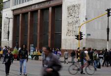 Personas caminan frente al Banco Central de Colombia en Bogotá. Imagen de archivo, 20 agosto, 2014. El directorio del Banco Central de Colombia inició el viernes su encuentro mensual del que se espera que deje inalterada su tasa de interés, por sexto mes consecutivo, en busca de mantener una postura expansiva en momentos en que se anticipa una desaceleración de la economía. REUTERS/John Vizcaino