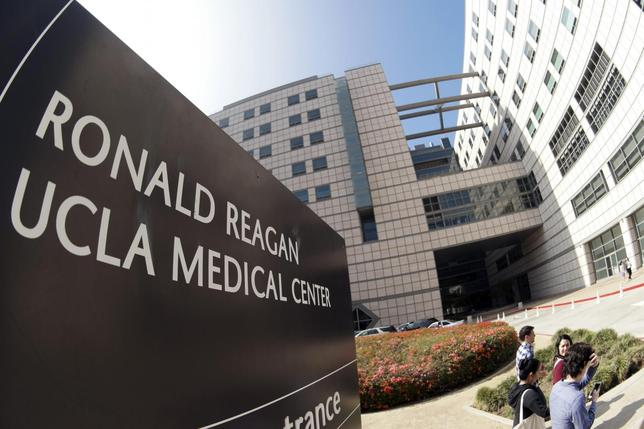 People walk past the entrance to the Ronald Reagan UCLA Medical Center in Los Angeles, California February 19, 2015.  REUTERS/Jonathan Alcorn