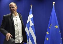 O ministro das Finanças da Grécia, Yanis Varoufakis, chega para conversar com a imprensa após uma reunião extraordinária de ministros das Finanças da zona do euro, em Bruxelas, na Bélgica, nesta sexta-feira. 20/02/2015 REUTERS/Eric Vidal