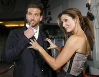 """Los actores Bradley Cooper y Sandra Bullock posan en la premiere de la película """"All About Steve"""", que en 2010 ganó el premio Razzie al peor reparto. Foto de archivo. REUTERS/Mario Anzuoni/Files"""