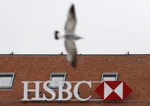 Logo de HSBC en el edificio de una de sus filiales en Ginebra, Suiza, 18 feb, 2015. La Administración Federal de Ingresos Públicos (AFIP), el ente  fiscal de Argentina, dijo el domingo que le solicitó a la Justicia local que libre una orden pidiendo la captura internacional de un contadorque estaría involucrado en una millonaria causa de evasión relacionada con el banco HSBC.  REUTERS/Denis Balibouse