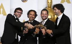 """Nicolas Giacobone, Alejandro G. Iñárritu, Alexander Dinelaris Jr. y Armando Bo posan con la estatuilla del Oscar ganado por """"Birdman"""" al mejor guión original, 22/02/2015. REUTERS/Lucy Nicholson"""