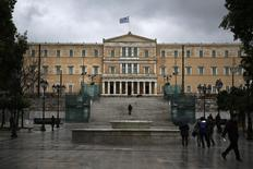 El Parlamento griego en Atenas, feb 23 2015. Grecia presentará el lunes su plan de reformas económicas para conseguir un salvavidas financiero de la zona euro, aunque el Gobierno recibió críticas de un veterano miembro de su propio partido, que aseguró que el acuerdo decepcionó a los votantes.  REUTERS/Alkis Konstantinidis
