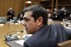 Le Premier ministre grec Alexis Tsipras. Un porte-parole du gouvernement a confirmé qu'Athènes allait transmettre ce lundi à ses partenaires européens la liste des réformes à venir, parmi lesquelles la lutte contre l'évasion fiscale et la corruption. /Photo prise le 21 février 2015/REUTERS/Kostas Tsironis