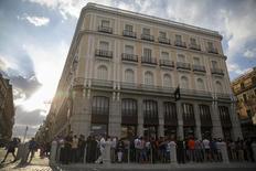 Imagen de archivo de la tienda de Apple en la Puerta del Sol en Madrid, jun 21 2014. Apple anunció que desembolsará 1.900 millones de dólares para construir dos centros de datos en Europa que funcionarán en su totalidad con energía renovable y que crearán cientos de empleos.  REUTERS/Andrea Comas