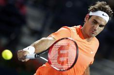 Roger Federer em partida contra Mikhail Youzhny em Dubai. 23/02/2015 REUTERS/Ahmed Jadallah