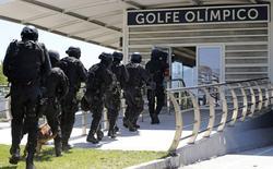 Membros do Bope participam de simulação de crise em estação de ônibus para o golfe nos Jogos de 2016. 11/02/2015. REUTERS/Sergio Moraes