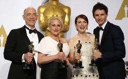 J.K. Simmons (melhor ator coadjuvante), Patricia Arquette (melhor atriz coadjuvante), Julianne Moore (melhor atriz) e Eddie Redmayne (melhor ator) na premiação  do Oscar, em  Hollywood, Califórnia. 22/2/2015  REUTERS/Lucy Nicholson