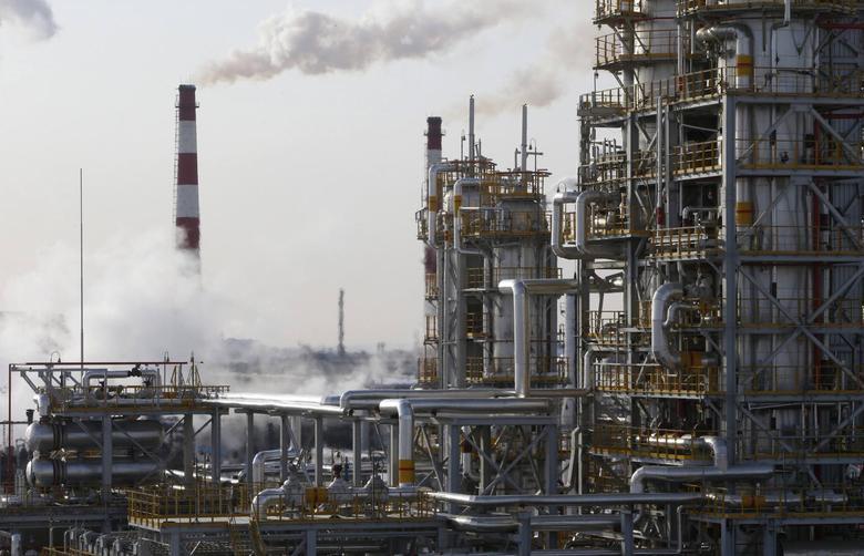 A general view of the Bashneft-Ufimsky refinery plant (Bashneft - UNPZ) is seen outside Ufa, Bashkortostan, January 29, 2015.  REUTERS/Sergei Karpukhin