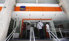 Clientes esperam para entrar na agência do banco Itaú no Rio de Janeiro. 29/01/2014 REUTERS/Sergio Moraes