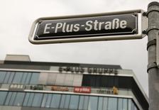 Les comptes de Telefonica Deutschland ont viré au rouge au quatrième trimestre en raison des coûts d'intégration d'E-Plus, l'ex-filiale allemande de l'opérateur néerlandais KPN rachetée l'an dernier par la filiale de l'espagnol Telefonica pour 8,6 milliards d'euros. /Photo d'archives/REUTERS/Wolfgang Rattay