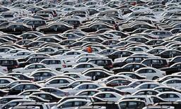 La solidez de la demanda interna impulsó el crecimiento de la mayor economía de Europa en el cuarto trimestre, mientras que el comercio exterior y la inversión bruta de capital también ayudaron, dijo el martes la Oficina Federal de Estadísticas de Alemania. En la foto, un trabajador pasa por una fila de coches en la terminal del puerto de Bremerhaven el 8 de marzo de 2012. REUTERS/Fabian Bimmer