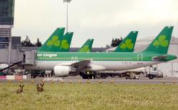 Aer Lingus a vu son résultat annuel progresser de 18% entre 2013 et 2014, une donnée susceptible de donner des munitions à ceux qui s'opposent à la vente de la compagnie aérienne irlandaise à IAG, la maison mère de British Airways et d'Iberia. /Photo prise le 27 janvier 2015/REUTERS/Cathal McNaughton