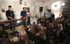 Bastille durante apresentação especial para a instituição de caridade War Child. 23/02/2015  REUTERS/Paul Hackett