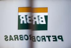 Logo da Petrobras refletido na janela do prédio da estatal em São Paulo. 06/02/2015 REUTERS/Paulo Whitaker