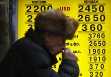 Мужчина у пункта обмена валюты в Киеве. 6 февраля 2015 года. Нацбанк Украины запретил банкам покупать иностранную валюту по поручениям клиентов до 27 февраля включительно, а также ограничил покупки банков суммой в 0,5 процента их регулятивного капитала, говорится в постановлении, опубликованном на сайте регулятора. REUTERS/Valentyn Ogirenko