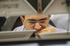 Брокер в трейдинговой комнате Тройки Диалог в Москве. 26 сентября 2011 года. Российский рынок акций, открывшись попыткой небольшого повышения, всё же ушел в минус в основных индексах, тяготея к коррекции роста начала года. REUTERS/Denis Sinyakov