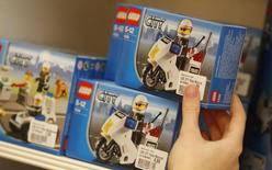 En 2014, grâce à sa croissance en Asie, au succès des films inspirés de ses produits et à la hausse des ventes de jouets destinés aux filles, le géant danois du jouet Lego a vu son chiffre d'affaires progresser de 13% à 28,6 milliards de couronnes danoises (3,83 milliards d'euros) réduisant l'écart qui le sépare du numéro un mondial, Mattel dont le CA a chuté de 7% à 6,0 milliards de dollars (5,3 milliards d'euros).  /Photo d'archives/REUTERS/Dominic Ebenbichler