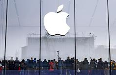 Una tienda de Apple en Hangzhou, China, ene 24 2015. Apple Inc fue condenada a pagar 532,9 millones de dólares después de que un juzgado federal de Texas dictaminó que su software iTunes infringió tres patentes de la firma Smartflash LLC. REUTERS/Stringer IMAGEN SOLO PARA USO EDITORIAL