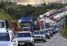Una huelga de camioneros bloqueando la autopista BR 381 en Betim, Brasil, feb 24 2015. La principal ruta de acceso al puerto de Santos en Brasil quedó despejada a primera hora del miércoles luego de que se dispersó una huelga de camioneros, aunque otras carreteras en el país continuaban bloqueadas por protestas que continuaban por segunda semana.  REUTERS/Washington Alves