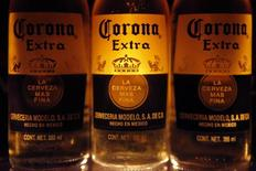 Anheuser-Busch InBev, brasseur entre autres de la marque Corona, annonce un dividende en forte hausse ainsi qu'un rachat d'actions d'un milliard de dollars.  /Photo d'archives/REUTERS/Edgard Garrido