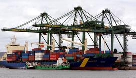 Unos barcos cargueros en el puerto de Santos, Brasil, mayo 24 2007. El Gobierno central de Brasil tuvo un superávit primario -que excluye el costo del pago de los intereses de la deuda- de 10.405 millones de reales, informó el jueves el Tesoro Nacional.  REUTERS/Paulo Whitaker