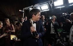 """Actor Eddie Redmayne poses with his Oscar for best actor for his role in """"The Theory of Everything"""" at the Governors Ball following the 87th Academy Awards in Hollywood, California February 22, 2015  REUTERS/Mario Anzuoni"""