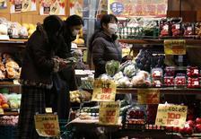 La baisse de la consommation des ménages japonais (-5,1%) a été plus marquée que prévu et les ventes au détail (-2,0%)ont reculé pour la première fois en sept mois en janvier, selon des données  qui suggèrent que la politique ultra-accommodante de la Banque du Japon (BoJ) peine à faire remonter l'inflation. /Photo prise le 16 février 2015/REUTERS/Yuya Shino