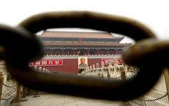 Железная цепь на площади Тяньаньмэнь в Пекине. 28 апреля 2003 года. Китай пообещал заносить в черный список и наказывать чиновников, которые вмешиваются в судопроизводство на фоне взятого политической верхушкой курса на верховенство права. REUTERS/Guang Niu