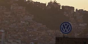 El logo de Volkswagen en su planta de Sao Bernardo do Campo, Brasil, ene 8 2015. Volkswagen mantuvo el viernes su orientación para las utilidades operativas a pesar de registrar beneficios récord el año pasado, al explicar que los riesgos geopolíticos y la caída de la demanda en los mercados clave podrían afectar el desempeño de sus negocios.  REUTERS/Nacho Doce