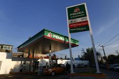 Una gasolinera de la petrolera estatal mexicana Pemex en Ciudad de México, ene 13 2015. La petrolera estatal mexicana Pemex prevé mantener la producción actual de crudo este año y empezar a incrementarla en el 2016, dijeron el viernes directivos de la empresa, al apostar a una estrategia apoyada en la reforma energética que está dirigida a apuntalar la actividad en el sector de los hidrocarburos.      REUTERS/Edgard Garrido