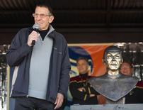 Ator Leonard Nimoy fala a moradores na cidade de Vulcan, Alberta. 23/4/2010 REUTERS/Todd Korol